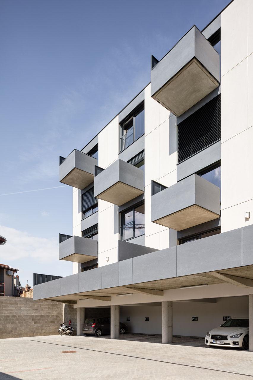 Všechny obytné místnosti v dvorní části domu jsou orientovány na západ; jednotlivé byty jsou doplněny balkony, byty v 1. NP mají prostorné terasy; parkování je řešeno částečně pod objektem, částečně v otevřeném vnitrobloku.