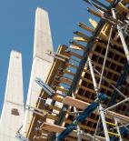 Atelier 8000 - Pavilon T - Pro betonáž pylonů byly nasazeny šplhací automaty SKE doplněné o rámové bednění Framax - foto © Atelier 8000
