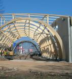 Atelier 8000 - Pavilon T - Dominantou vstupu je monolitická brána (v pozadí) - foto © Atelier 8000