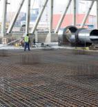 Obr. 2 Výztuž desky dna nádrže chladicí vody s vytaženou výztuží pro patky, do nichž bude osazena nová železobetonová prefabrikovaná vestavba