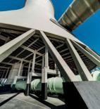 Obr. 10 Pohled na novou desku dna chladicí věže, zaústění přívodního potrubí do průběžného stoupacího kanálu oteplené vody